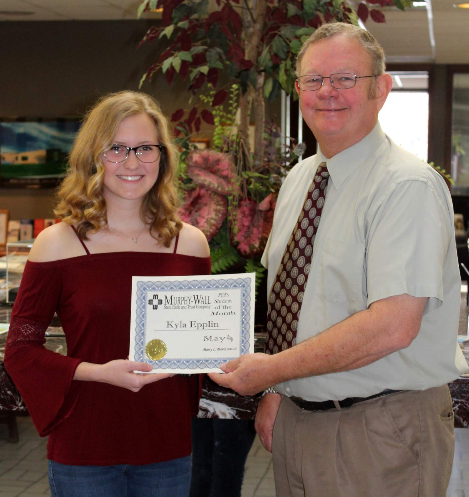 Kyla Epplin, Murphy-Wall State Bank's PCHS Student of the Month; receiving her certificate from Roger Hileman, EVP/Senior Mortgage Officer