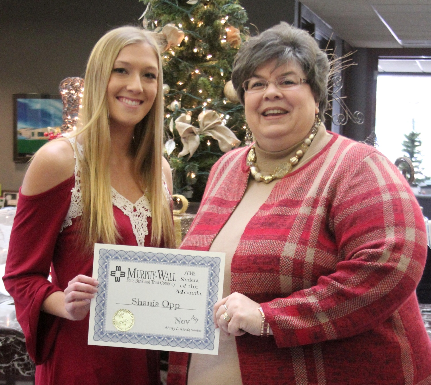 Murphy-Wall State Bank VP Meschelle Brand gives PCHS student Shania Opp the 2017 December Student of the Month Award